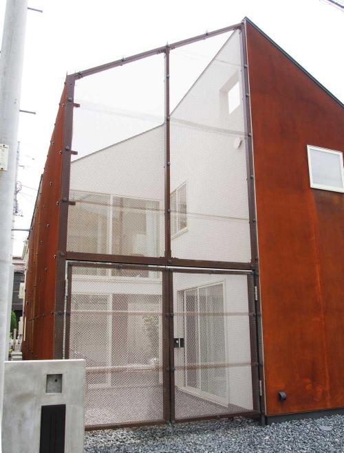 建蔽率40%を克服、外に居住空間を広げる 西側外観(写真:飯田 彩)