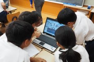 初めて体験するBIMに熱中する児童たち(写真:家入龍太)