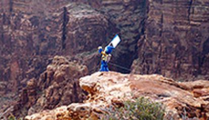 2008年5月、たった2本のEVOLTA乾電池を動力に、長もち実証ロボット「エボルタ」がグランドキャニオンの断崖絶壁に挑戦しました。
