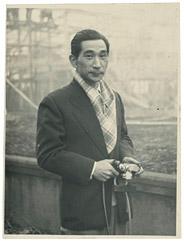 丹下健三ポートレート1953年頃撮影 撮影者不明 成城の自邸の工事現場を訪れた際に撮影されたもの。
