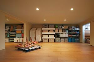 子供のおもちゃから、使用頻度の低いキッチン用品、さらにお正月や節句などの年中行事や祭事に使用するものなどを入れる天井高1.4m以下の収納「蔵」。