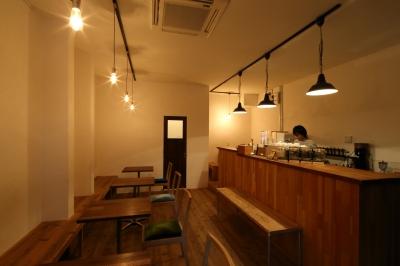 蛍光灯の白い光は使わない!人気カフェに学ぶ照明計画