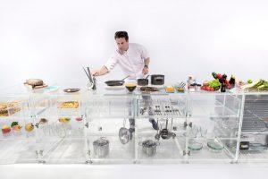 ガラスで清潔感が引き立つ丸見えな透明キッチン『Infinity Kitchen』